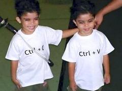 Ctrl+C와 Ctrl+V가 적힌 티셔츠를 각각 입고 있는 쌍둥이