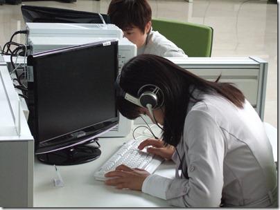 전맹이헤드폰으로소리를들으며컴퓨터를사용하는모습