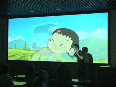 애니메이션이 상영되는 동안 화면앞에서 수화로 통역하고 있다.