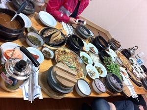 여러 음식으로 점심상이 차려져있다.